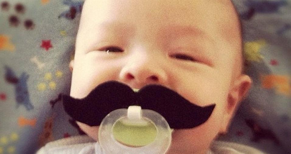 5. O bigode parece ser um clássico entre as chupetas irreverentes
