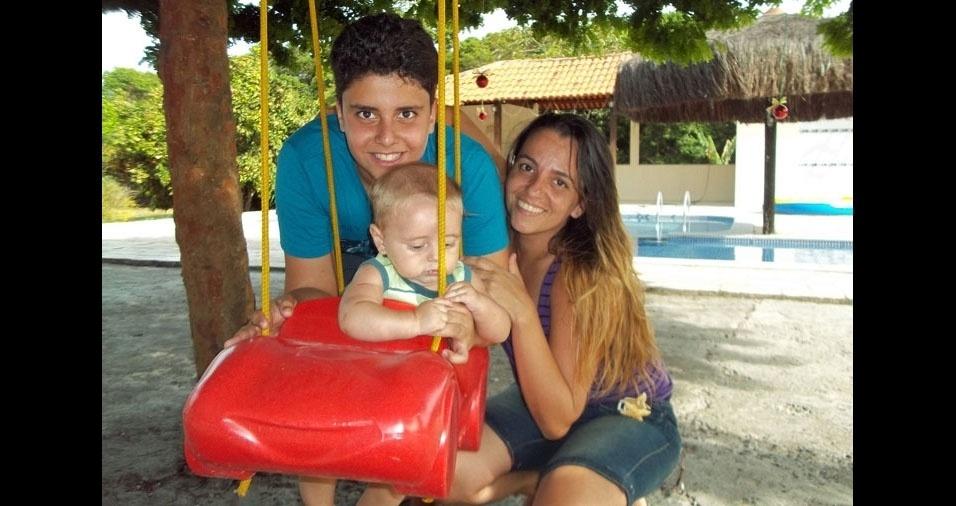 Daniel e Dirceu com a mãe Kátia Cristina Morais de Oliveira, de  Itapissuma (PE)