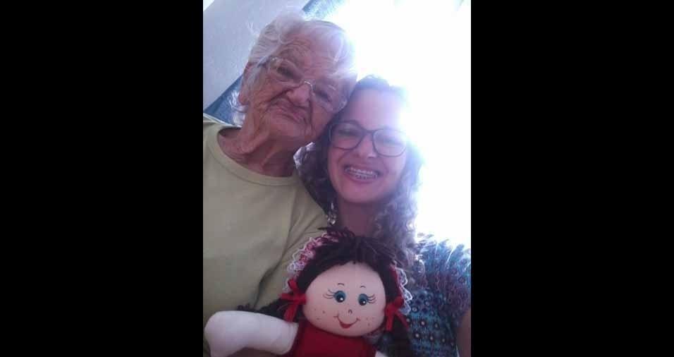 """Vovó Maria Garcia com a """"boneca da vovó lindinha""""  e a neta Cíntia Garcia de Souza, de Jundiaí (SP)"""