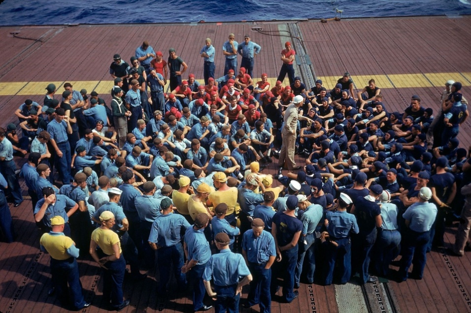 1940 - Tripulação ouve instruções sobre as operações da marinha americana no pacífico sobre o deque do porta-aviões Enterprise CV-6