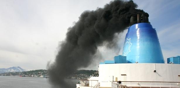 Um navio de grande porte pode produzir poluição atmosférica equivalente à de milhões de automóveis - Reprodução/Cruise Law News