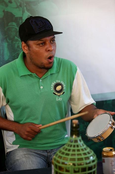 20.mai.2016 - Samba na feira. Um dos músicos embala no gogó as canções enquanto toca um dos instrumentos na roda