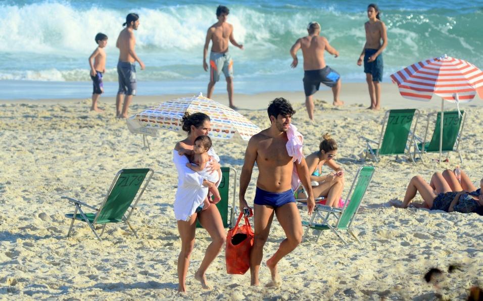 1º.ago.2016 - Maria Flor vai embora agarradinha com a mamãe, Deborah Secco, em dia de passeio em família na praia da Barra da Tijuca, no Rio de Janeiro