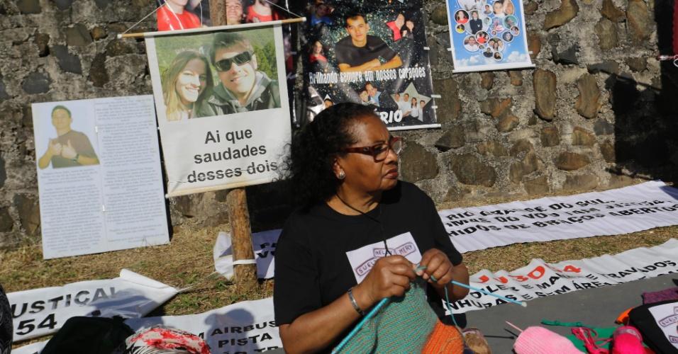 Com cartazes e mensagens, familiares realizaram homenagens aos entes queridos que morreram no maior acidente aéreo do Brasil