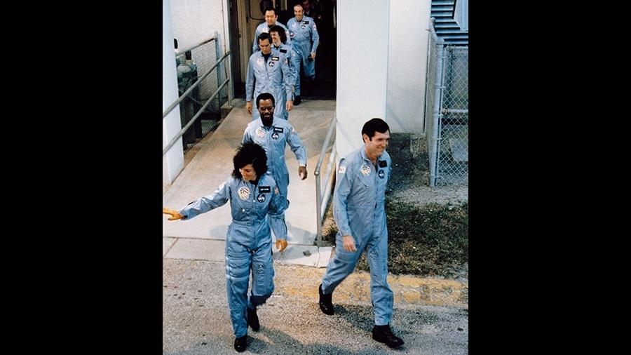 Os sete tripulantes do ônibus espacial Challenger são clicados na plataforma de embarque antes do desastre de 28 de janeiro de 1986 que tirou a vida de todos eles