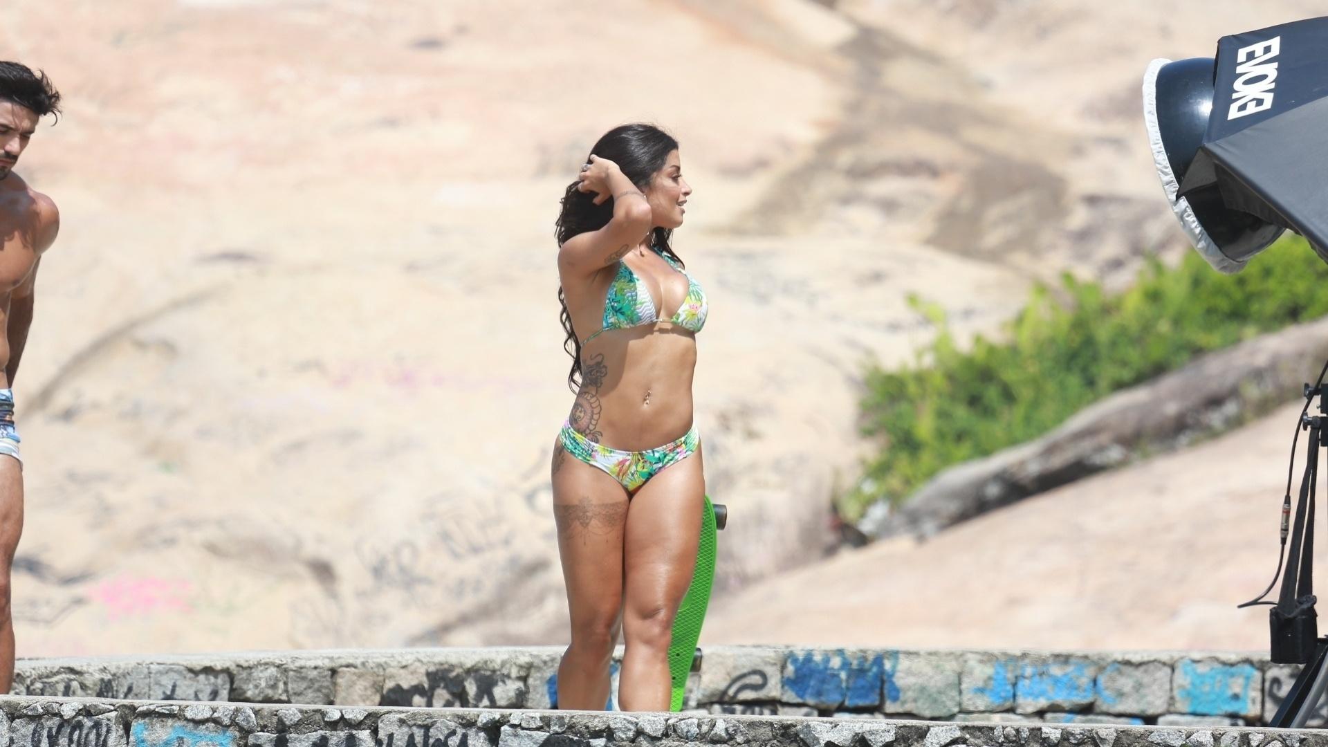 9.mar.2016 - A dançarina Aline Riscado foi clicada de biquíni para uma sessão de fotos na praia da Macumba, zona oeste do Rio de Janeiro