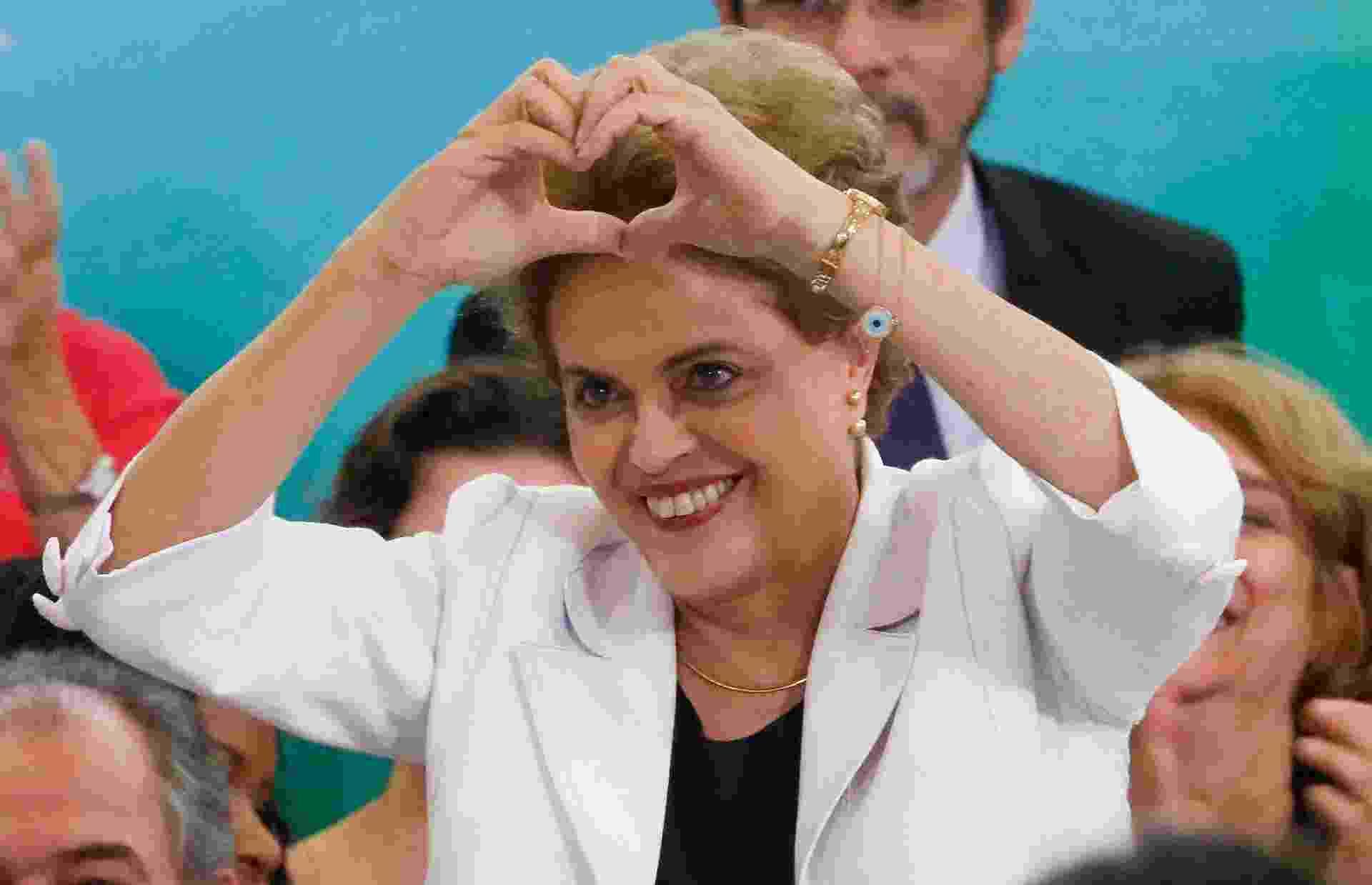 Dilma Vana Rousseff nasceu em 14 de dezembro de 1947, em Belo Horizonte (MG). Formada em Economia, durante o governo do ex-presidente Luiz Inácio Lula da Silva ela assumiu a chefia do Ministério de Minas e Energia e posteriormente da Casa Civil. Em 2010, foi escolhida pelo PT para concorrer à eleição presidencial e se tornou a primeira mulher a ser eleita para o posto de chefe de Estado e chefe de governo em toda a história do Brasil. Foi reeleita em 26 de outubro de 2014, no segundo turno das Eleições - Pedro Ladeira/Folhapress