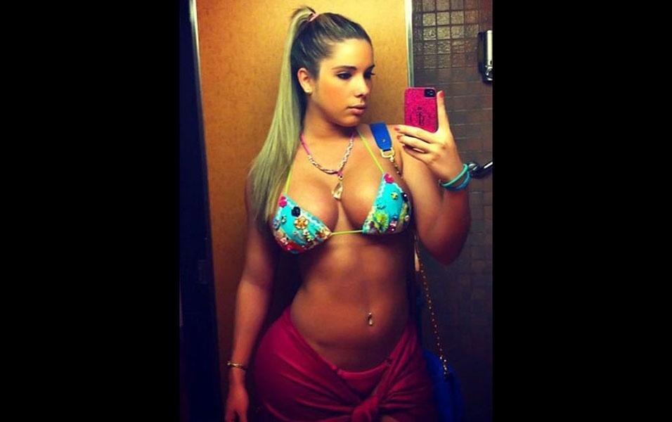 Kathy ganhou popularidade no Instagram compartilhando fotos de suas poderosas curvas