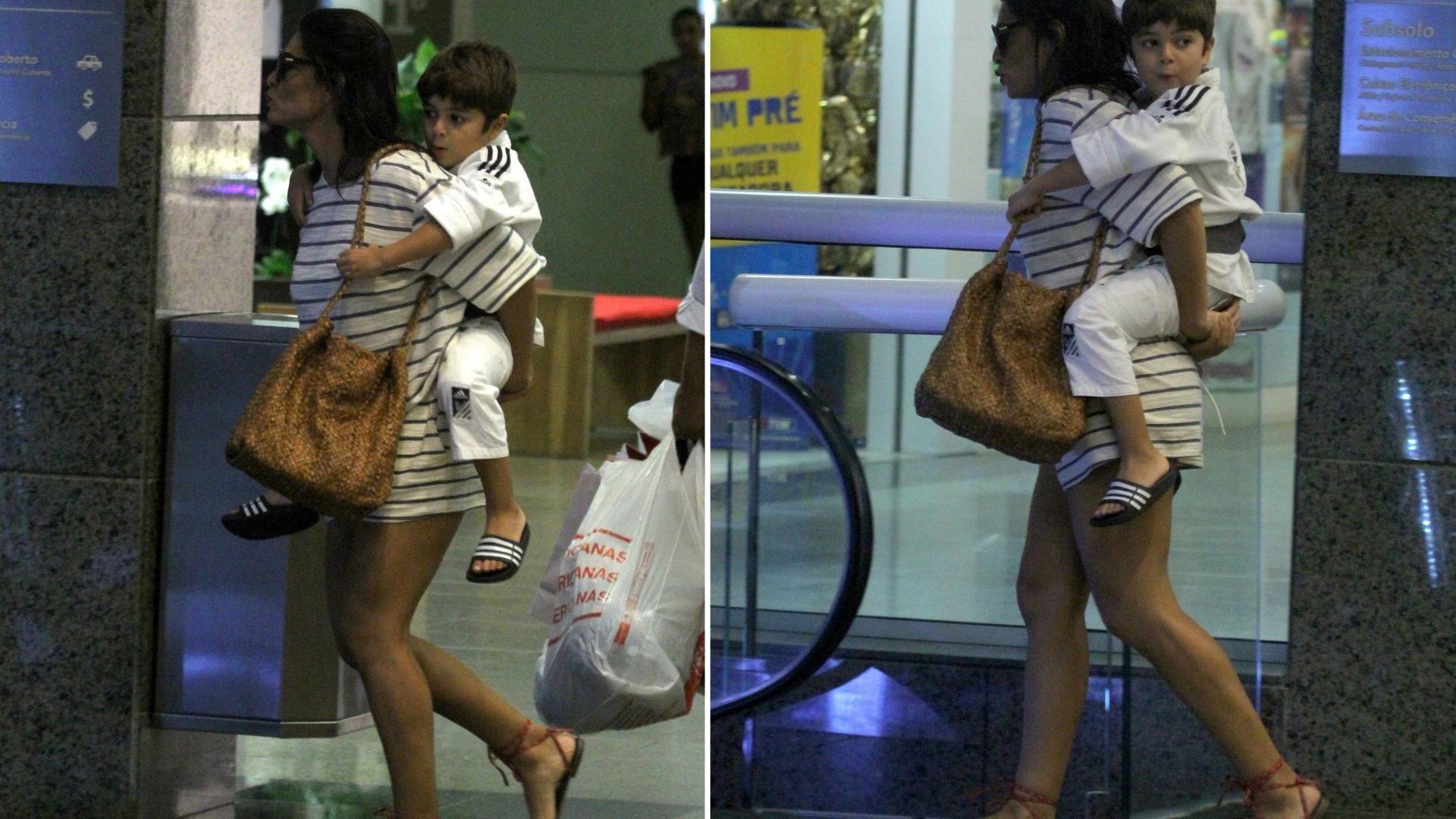 14.mar.2016 - Juliana Paes carrega o filho Pedro em escada rolante de shopping center no Rio de Janeiro. Mãe e filho foram flagrados fazendo compras