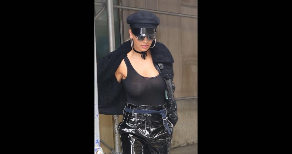 27.abr.2017 - A beldade aparece toda de preto, com uma blusa transparente, que mostrou os seios durante passeio em Nova York
