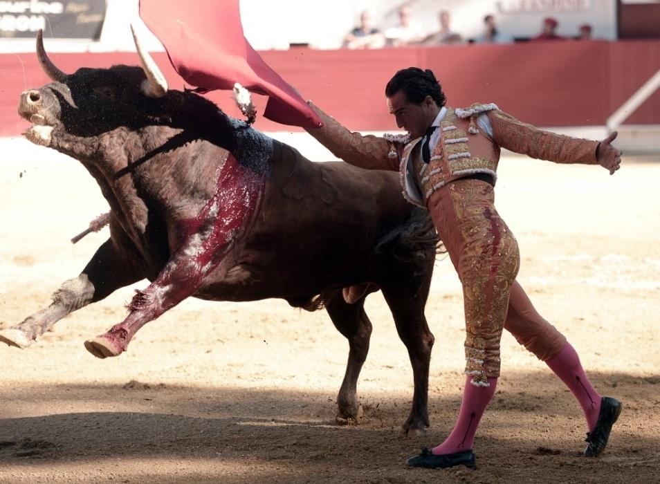 18.jun.2017 - Ivan Fandiño aparece em disputa com o touro durante torneio em Aire-sur-l'Adour, na França. O toureiro espanhol caiu no chão, teve o pulmão atingido pelo chifre do touro e morreu neste sábado (17)