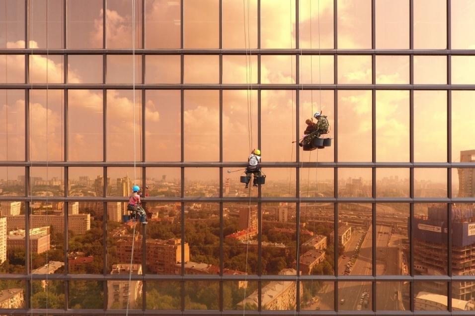 """A imagem com limpadores de janela da torre Mercury, em Moscou, ficou com o segundo lugar na categoria """"urbano"""""""