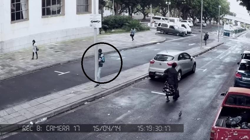De olho no celular, esse rapaz nem percebeu que no meio do caminho havia um poste...