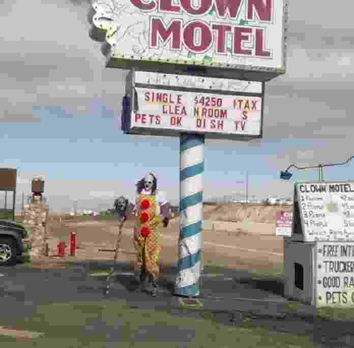 28.jul.2017 - Clown Motel é famoso na pequena cidade de Tonopah, em Nevada, nos Estados Unidos. O motel, no meio do deserto, ficou conhecido por ser assombrado e ter palhaços assustadores por todos os cômodos. O proprietário anunciou nesta semana que o imóvel está à venda pelo valor de US$ 900 mil (cerca de R$ 2,8 milhões). Os palhaços, claro, estão incluídos na oferta - Reprodução/Instagram