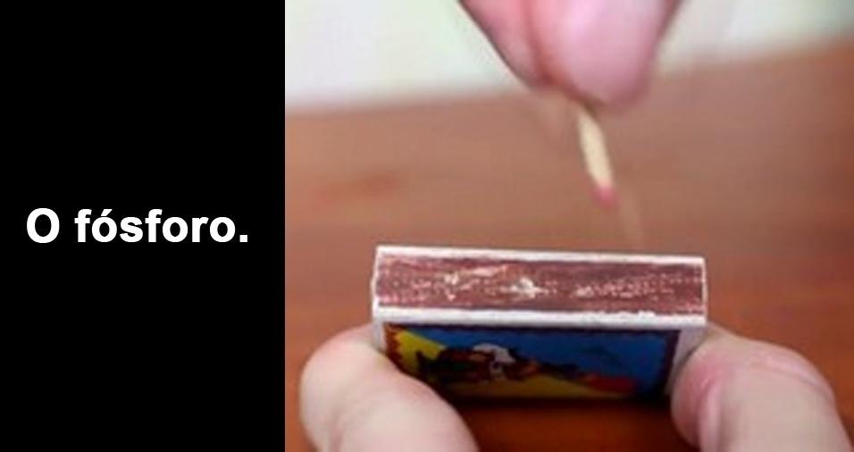 RESPOSTA: O fósforo. Afinal de contas, como você poderia acender qualquer um do outros itens sem riscar o palito de fósforo primeiro?