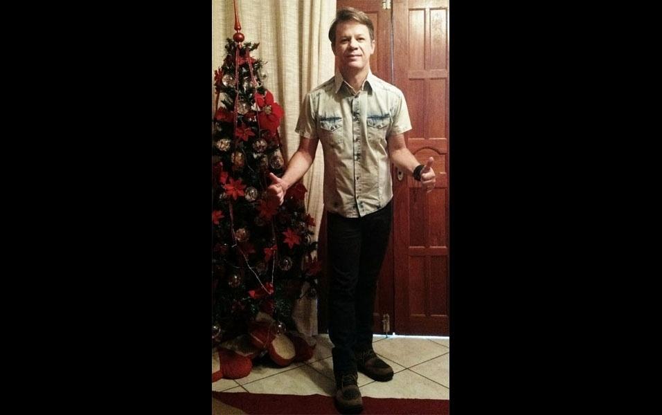 """Renato Coan, de Laranja da Terra (ES), aconselha a todos a fazerem como ele e enfeitarem sua casa para o Natal. """"Mesmo quem mora sozinho pode e deve decorar a casa para o Natal ainda mais se as bolas da árvore forem feitas com fotos da história da família."""""""