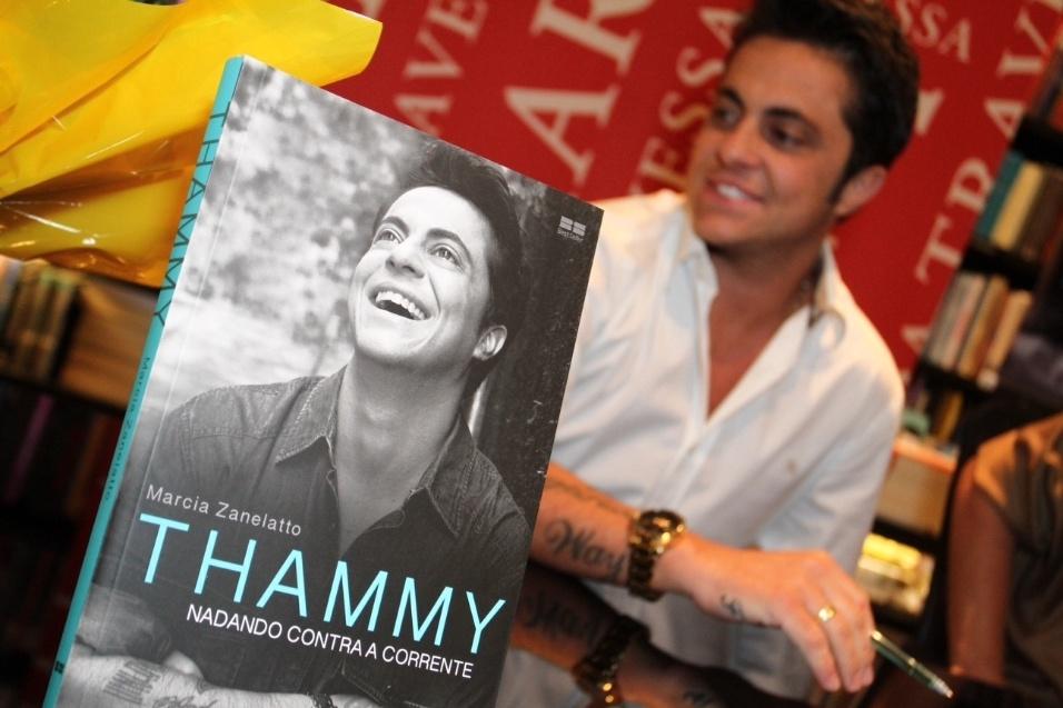 """8.set.2015 - Thammy recebeu amigos na noite desta terça-feira na livraria Travessa do Shopping Leblon, no Rio de Janeiro, para o lançamento da biografia """"Nadando contra a corrente"""""""
