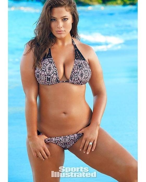 """16.fev.2016 - Modelo norte-americana Ashley Graham é a primeira mulher """"plus-size"""" a estrelar um ensaio de capa da edição especial para biquínis da revista Sports Illustrated"""