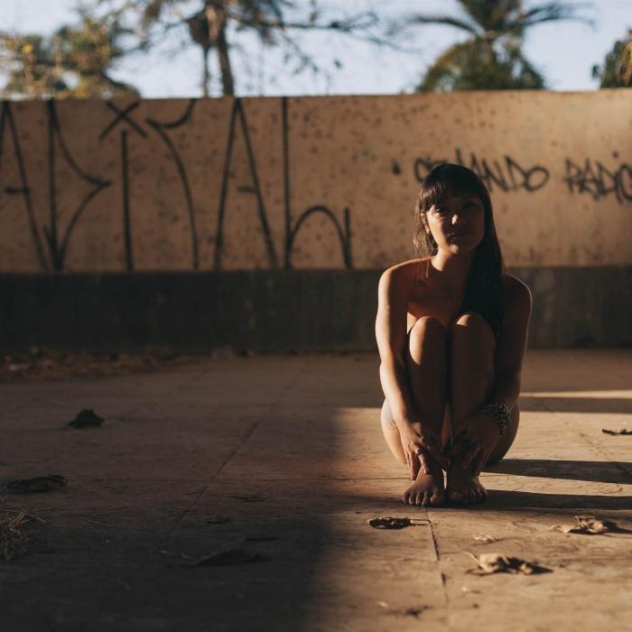 """25.fev.2016 - O ensaio """"Oiseau"""" foi estrelado por Paula. O site Libertine.nu é um projeto do fotógrafo Neto Macedo com ensaios que buscam """"promover a beleza natural das mulheres"""". Com pessoas comuns, o criador do projeto não busca um típo físico específico, e está aberto à participação de quem se identificar com a proposta"""