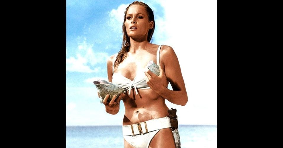"""Em 1962, no filme """"007 Contra o Satânico Dr. No"""", A atriz Ursula Andress aparece usando um biquíni com cinto, uma das variações que mais chamaram a atenção no início dos anos 60"""