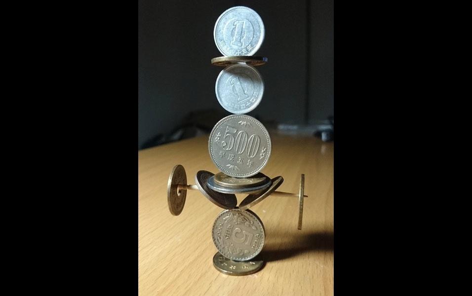31. Escultura de moedas empilhadas