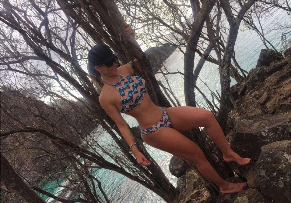 8.dez.2016 - Famosa por suas curvas, Cacau Colucci não poupou elogios aos encantos da ilha de Fernando de Noronha. Os fãs ficaram encantados com a beleza da ex-BBB.