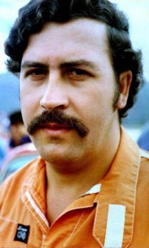 """O colombiano Pablo Escobar Gaviria é considerado um dos maiores traficantes de drogas de toda a história. Na década de 80, nos """"anos de ouro"""" de sua atuação criminosa, Escobar era chefe do cartel de Medellín, responsável por produzir aproximadamente 60% de toda a cocaína consumida no mundo. O criminoso foi morto em 1993, após uma intensa operação de captura promovida pelo Exército colombiano e as agências anti-drogas dos Estados Unidos, que financiavam a operação. Em agosto de 2015, a trajetória do criminoso virou uma série no Netflix. Chamada """"Narcos"""", a obra traz o brasileiro Wagner Moura no papel do poderoso traficante colombiano"""