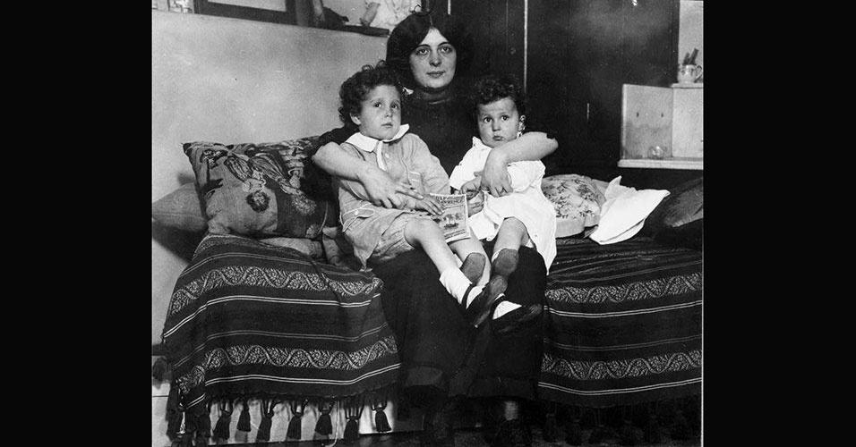 Retrato de mãe e filhas sobreviventes do Titanic