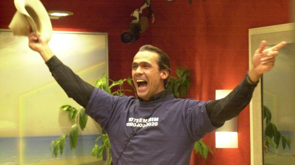 """2002 - Rodrigo Leonel comemora a vitória no """"BBB2"""", que lhe rendeu o prêmio de R$ 500 mil"""