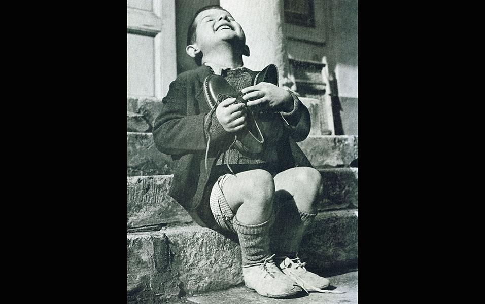 Garoto austríaco recebe um novo par de sapatos durante a Segunda Guerra Mundial