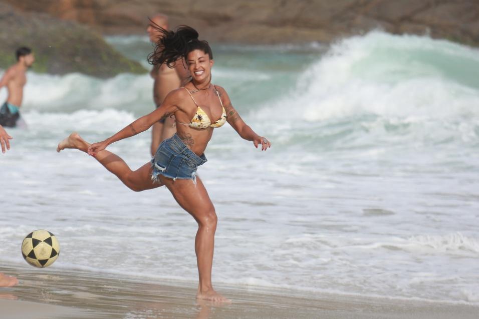 31.jan.2017 - A bailarina Aline Riscado mostra sua flexibilidade em tarde de futebol no Rio de Janeiro