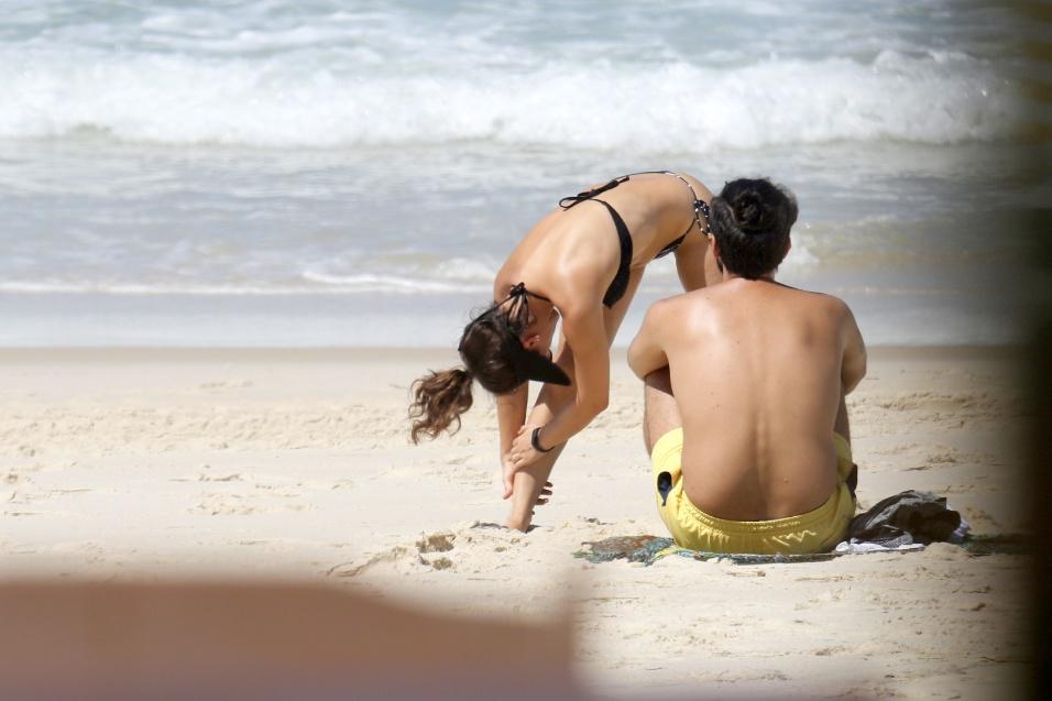 17.mar.2017 - A atriz Bianca Bin se exercita em tarde de praia no Rio de Janeiro