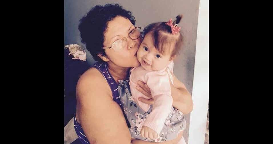 Esta é a vovó Maria Aparecida Meira com sua primeira netinha, Esther Meira, oito meses