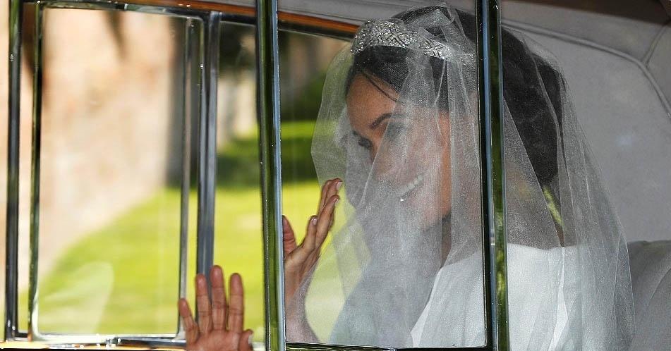 Meghan Markle no carro em direção ao Castelo de Windsor para o casamento real