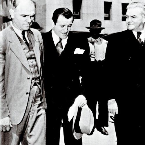 """De origem judia, Benjamin """"Bugsy"""" Siegel (ao centro) fundou com o italiano Lucky Luciano a Murder Inc., uma organização especializada em mortes por encomenda. Gângster respeitado, Bugsy pediu dinheiro ao sindicato do crime para abrir um cassino em Las Vegas, o Flamingo, que acabou sendo um fracasso. Em dívida com Lucky, o gângster se recusou a pagar o mafioso italiano, e acabou assassinado em 1947, aos 41 anos, com sete tiros no peito"""