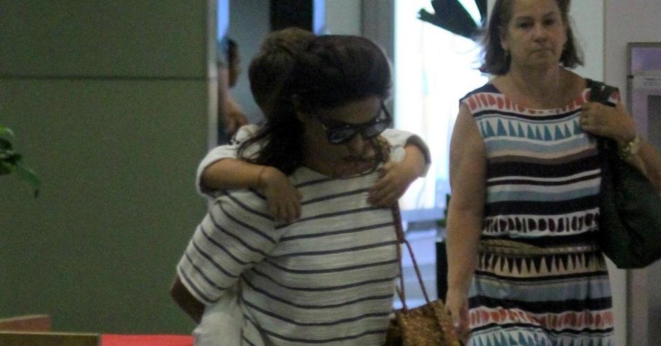 14.mar.2016 - A atriz Juliana Paes carrega o filho Pedro ao sair de loja em um shopping do Rio de Janeiro