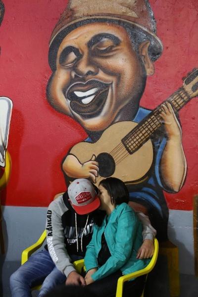 O samba embala o romance entre os jovens aos sábados à noite no bairro de São Mateus, na zona leste de São Paulo