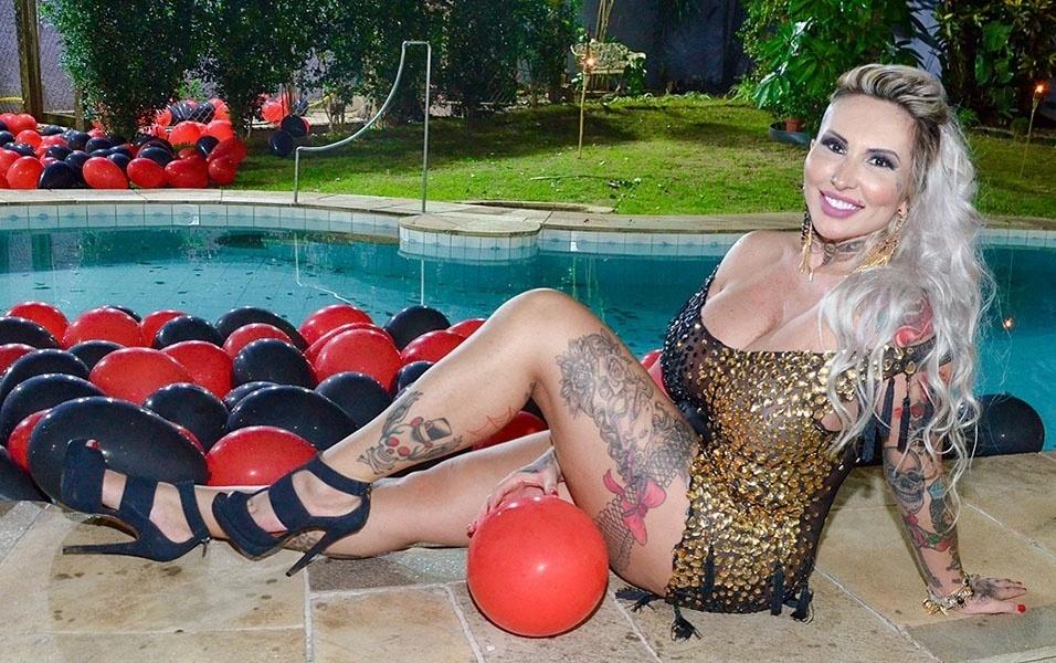 """4.jan.2017 - A modelo Sabrina Boing Boing comandará o reality show """"Sexy Tape"""", que será exibido pela internet. A estreia está prevista para o dia 6 de janeiro. Na atração, que tem uma pegada sensual, oito participantes (quatro homens e quatro mulheres) ficarão confinados em uma mansão em São Paulo e serão vigiados 24 horas por dia. A ideia é mostrar as modelos como realmente são no dia a dia. """"Ser apresentadora sempre esteve nos meus planos, mas por conta de outros trabalhos sempre deixei lado. Agora é a hora"""", revelou Sabrina, que posou na mansão onde a ação acontecerá"""