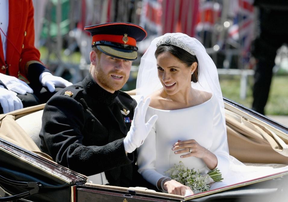 Harry acena para a multidão que acompanha a procissão pelas ruas de Windsor após o casamento real com Meghan Markle