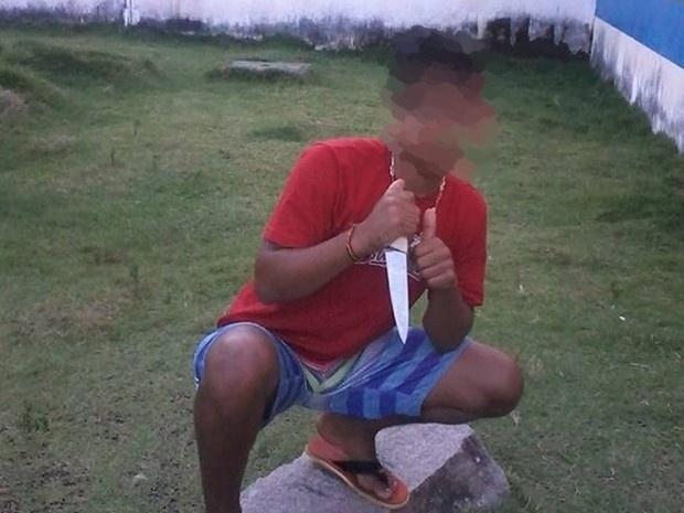 21.set.2015 - Em uma das imagens, um jovem apareces segurando uma faca. Em nota, a assessoria da Funase informou que será aberta uma sindicância para apurar o caso. A informação é do portal TV Jornal