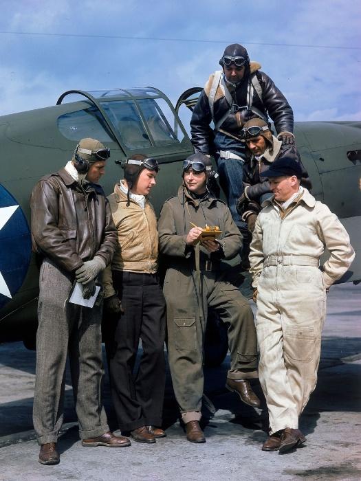 1941 - O piloto de testes H. Lloyd Child (centro) conversa com outros pilotos próximo à fábrica da Curtiss Wright em Buffalo, Nova Iorque