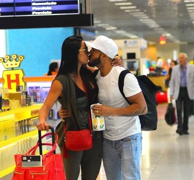 30.out.2015 - Gracyanne Barbosa e Belo trocam beijos no Aeroporto Santos Dumont, no do Rio de Janeiro