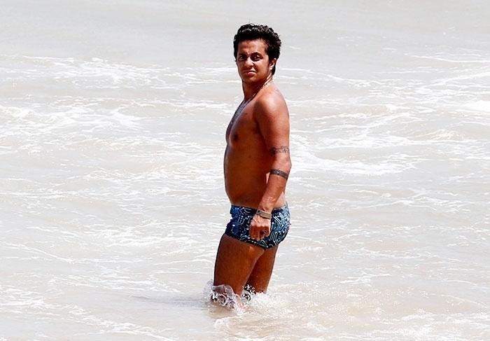 4.jan.2016 - Thammy Miranda está de férias em Trancoso, na Bahia. De sunga e bem bronzeado o ator foi clicado na praia, enquanto tomava um banho de mar