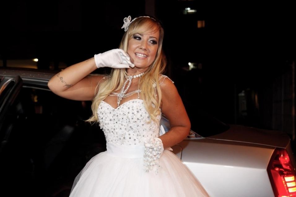 17.jan.2016 - Vivi Fernandez posa para fotos após chegar ao salão de festas onde se casou com o tatuador Fabiano dos Santos, em São Paulo