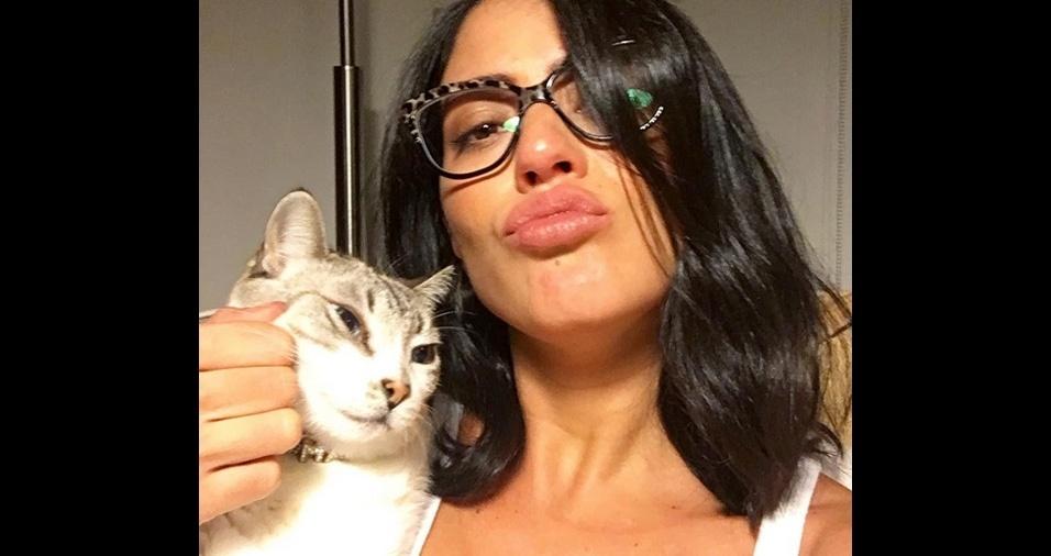 24. A atriz Carol Castro costuma adotar vários gatos e é apaixonada por felinos. A gatinha da foto se chama Maria
