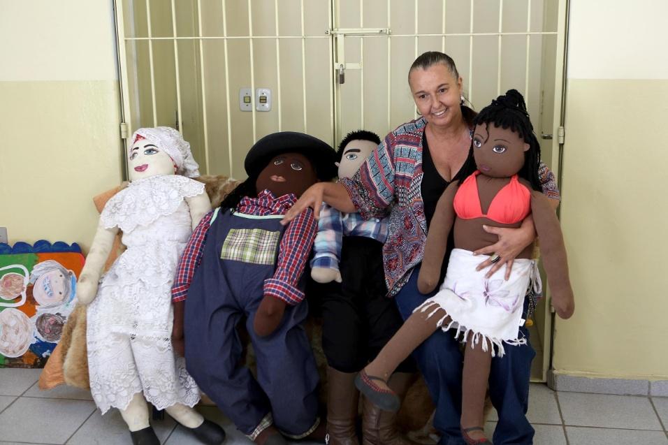 Professora Cibele. Cibele Racy aparece ao lado dos bonecos da família Abayomi. As figuras de afeto fazem parte importante da escola, que se tornou referência na cultura de paz