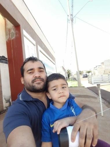 De Sertãozinho (SP), a Simone Rossetti mandou foto do filho José Pedro com o pai, Romério Oliveira da Silva