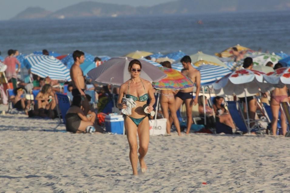 29.dez.2016 - Letícia Spiller corre pela areia da praia da Barra da Tijuca, no Rio de Janeiro