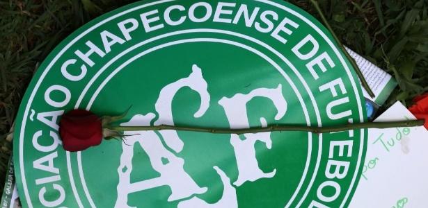 Escudo da Chapecoense, que estuda processar dupla de advogados