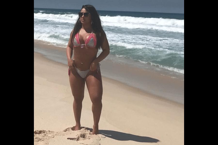6.abr.2017 - Mulher Melancia passeou pela praia no Rio de Janeiro como se fosse o verão, Andressa foi clicada só de biquíni nas areias da praia da Reserva